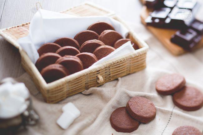 I biscotti al cioccolato sono dei teneri e golosi frollini preparati con il cioccolato fondente da gustare a colazione o  a merenda o per l'ora del tè