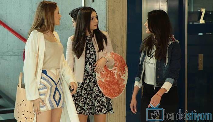 Star TV yayınlanan Medcezir dizisinde  Mira Beylice  karakterini canlandıran Serenay Sarikaya'nın,68. bölümünde giydiği desenli mavi etek