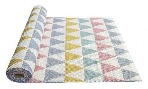 Nydelig teppe fra svenske Lina Johansson. Dette populære teppet er laget av polyamid/pvc. Lett å holde rent og behagelig å gå på. Str 70cm x 200 cm.