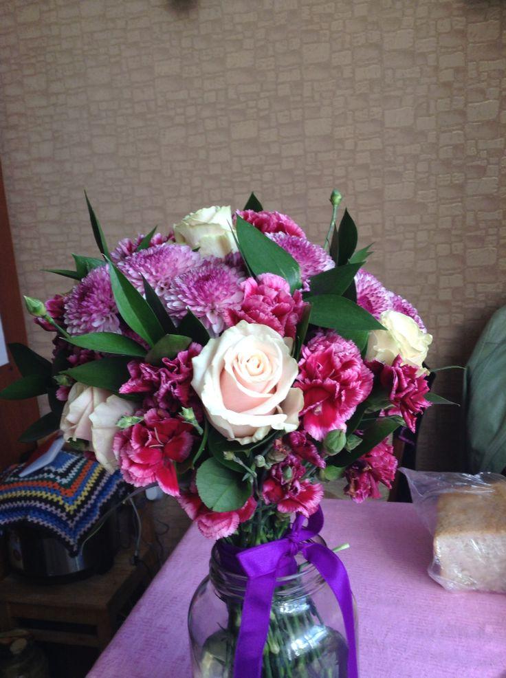 Букет из кустовых гвоздик, роз, хризантем и зелени