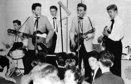 The Quarrymen, que tempos depois se tornariam os lendários The Beatles, em 23de novembro de 19557, em um show no New Clubmoor Hall: Colin Hanton, Paul McCartney, Len Garry, John Lennon e Eric Griffiths.