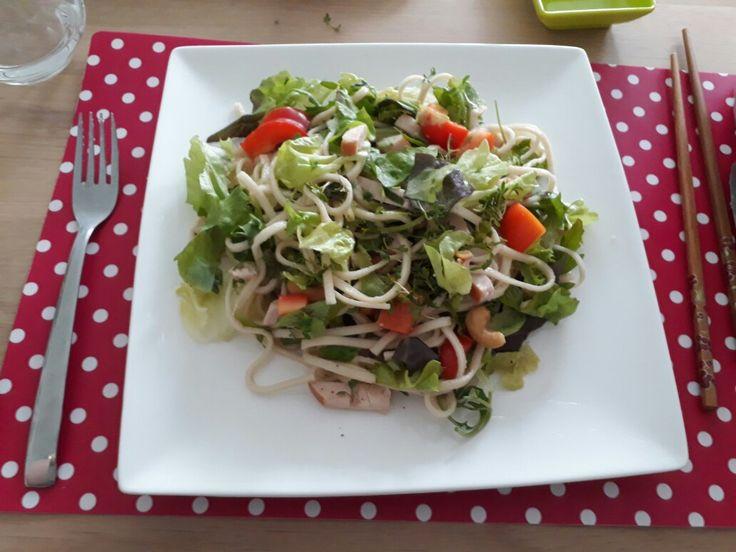 Noodle salade  (recept van AH)  met gerookte kip, paprika, sla, cashewnoten en tuinkers met een dressing van sesamolie, sojasaus en citroensap. Erg geslaagde combinatie