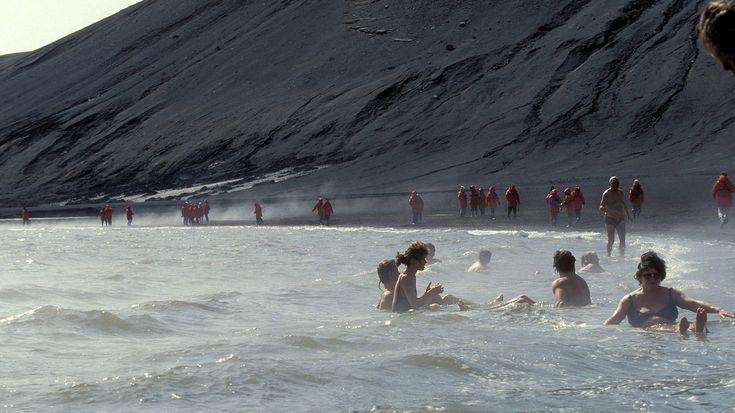 Mit dem Bikini in die Antarktis? Auch das geht: Auf Deception Island, einer Vulkaninsel vor dem antarktischen Festland, lässt es sich trotz unwirtlicher Temperaturen gemütlich baden. Denn: Hier gibt es, als einzig bisher bekanntem Ort auf dem Kontinent, Thermalquellen, aus denen angenehm warmes Wasser emporsprudelt.