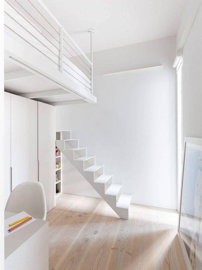 Witte stalen trap in combinatie met houten vloeren