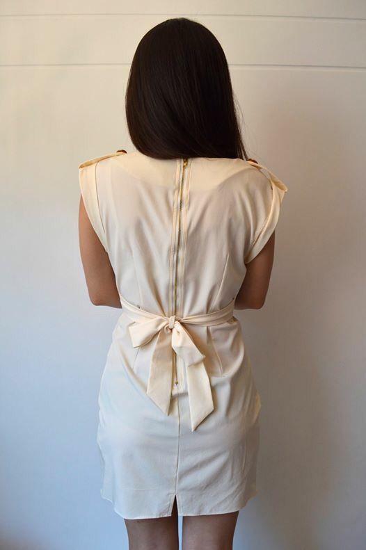 Espalda, vestido blanco.