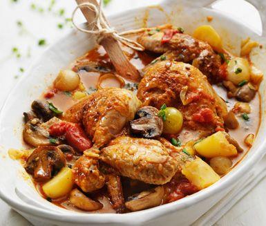 En mättande gryta som uppskattas av hela familjen - Kyckling Marengo är en rejäl rätt på kyckling, potatis och champinjoner. Doppa färskt bröd i buljongen med smak av vitlök och tomat.
