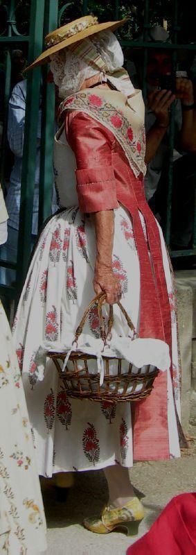 Provence traditionelle- Notice the arm and hand- this woman is over 65. charm ante! Love her shoe.