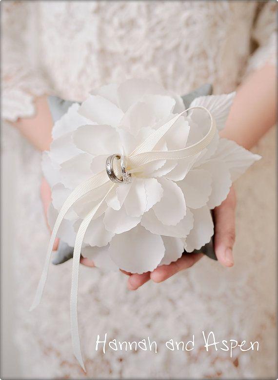Questo portatore di cuscino anello nuziale è ispirato da unistruzione di Martha Steward. Il fiore bianco è esaltato la bellezza di una