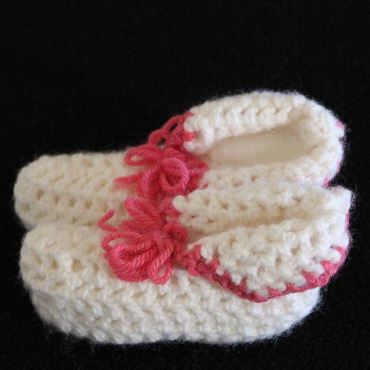 Meravigliose babbucce bianche e rosa per neonate realizzate a mano all'uncinetto