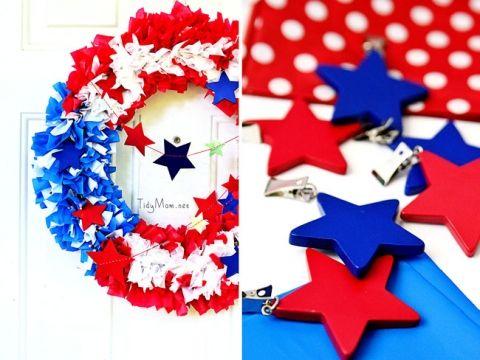 Easy Outdoor DIY Patriotic Flag Wreath using plastic tablecloths at TidyMom.net