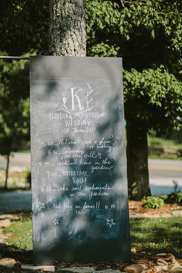 Love this Wedding Program on a big chalkboard. By Twelve at the table. Photo by Q Avenue Photo.  http://norwegianweddingblog.blogspot.no/2014/05/superstylish-bryllup-fra-leipers-fork.html