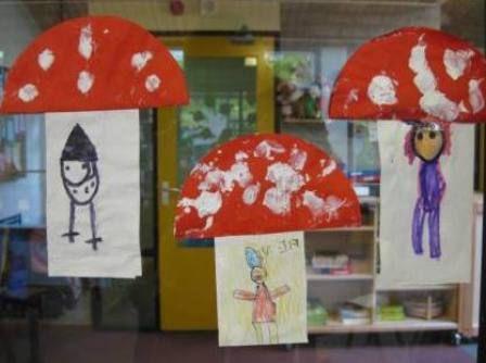 Kabouter tekenen op wit papier en de stippen op de paddenstoel met verf.