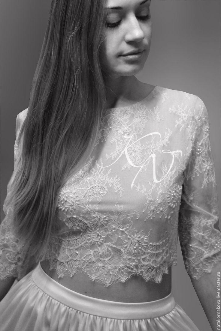 Купить или заказать Свадебный кроп-топ 'ЖАСМИН' в интернет-магазине на Ярмарке Мастеров. К последним модным трендам относятся платья КРОП-ТОП, которые представляют собой сочетание длинной юбки с коротким , открывающим живот топом. Нежный , летний, лёгкий комплект для свадебного торжества,состоящий из кружевного топа (crop-top) с рукавом 3/4 и юбки из стрейч-атласа со сборкой на кокетке. Топ на трикотажной сеточке телесного цвета, кружево расшито бисером и пайетками. На топе …