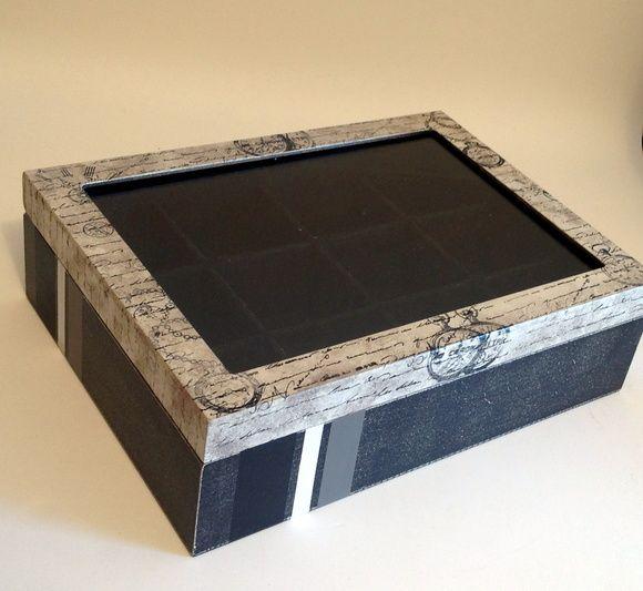 Porta relógios em mdf flocado(forrado) em preto com vidro e 12 divisórias.Trabalhada com pintura e carimbos.  Temos opções com menos divisórias.    Fazemos em outras cores e modelos, consulte-nos.  Peças integrantes estão sujeitas à disponibilidade.  Como é um produto artesanal, podem haver pequenas diferenças entre uma produção e outra. R$ 90,00