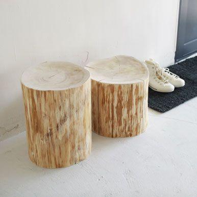 大自然を感じ、ヒバの香りを楽しめる存在感抜群の丸太のスツールです。大小の2サイズあります。 大は、ダイニングテーブルとあわせてサブスツールとしてもいい高さがあり、ソファとあわせてサイドテーブルとしてもお使いいただけます。 小は、簡易椅子としてソファ周りに置いたり、オットマンとしても良さそうです。また、玄関(土間)やバスルームでも重宝しそうです。  ご家庭をはじめ、店舗でディスプレイとしてもご利用いただけます。
