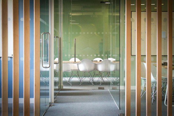 Vitra stoel Eames Plastic Armchair DAR (verchroomd onderstel) door Charles & Ray Eames | Designlinq
