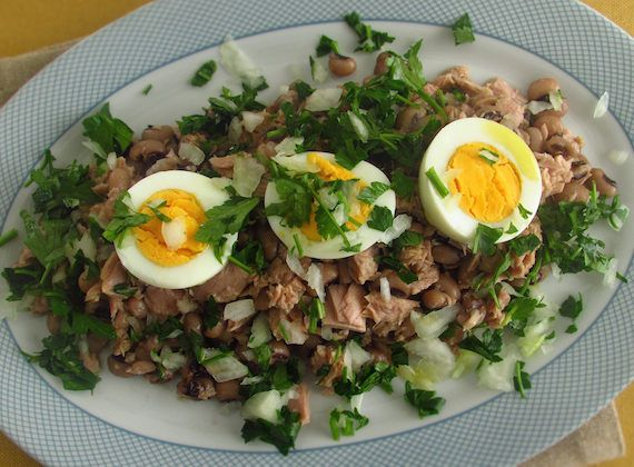 Black-eyed beans salad | Food From Portugal. A tasty dish, nutritious and light, great for summer and very simple to prepare, black-eyed beans wrapped in tuna, boiled eggs, onion, olive oil, vinegar and chopped parsley. http://www.foodfromportugal.com/recipe/black-eyed-beans-salad/