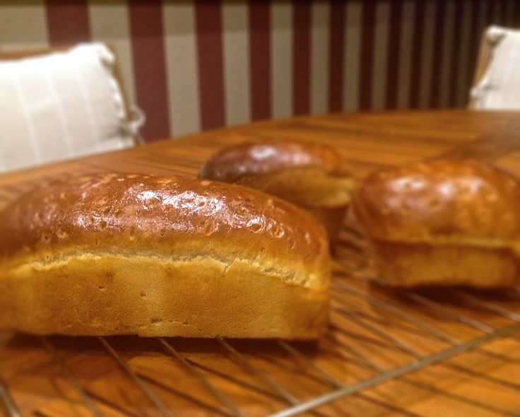 PAN DE MOLDE 1 cucharadita de sal. 500 gr harina de trigo. 15 gr levadura seca panadera o 25 gr de fresca. Cuchara de miel. 100 gr de agua. 130 de leche semi o desnatada. Zumo 1/2 limón. 50 gr de mantequilla