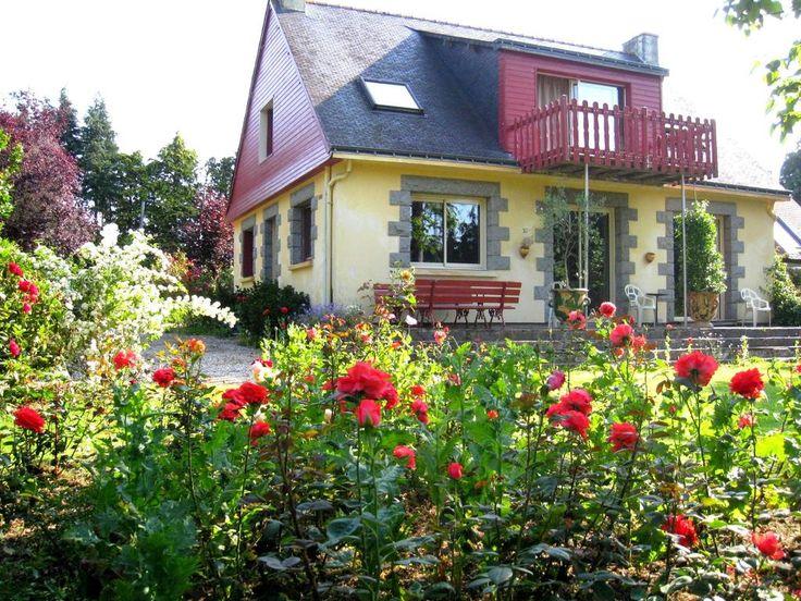 Situé à St Aignan, Micheline Henrio vous accueillera dans sa maison indépendante et vous proposera 3 chambres très confortables.  retrouver le sens de l'hospitalité, avec un accueil simple et authentique, dans un environnement calme et convivial. L'hébergement se situe à 3km des commerces et 2.5km du Canal de Nantes à Brest; le lac de Guerlédan est à 4km.