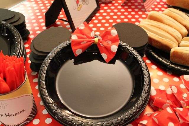 Minnie plates at a Mickey and Minnie Mouse Party #mickeyminnie #partyplates