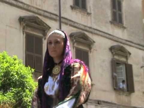 Le feste di Bitti sono pittoresche per il modo in cui sono vestiti e armati gli uomini del paese e per i costumi delle donne, che sono belle,  avvenenti. Sotto un lungo velo bianco, una cuffia con i bordi in oro e ricami di seta, un po allungata a forma di tunica, tiene raccolte le trecce abbondanti dei loro capelli... P,Valery, Viaggio in Sardegna, ilisso,1996
