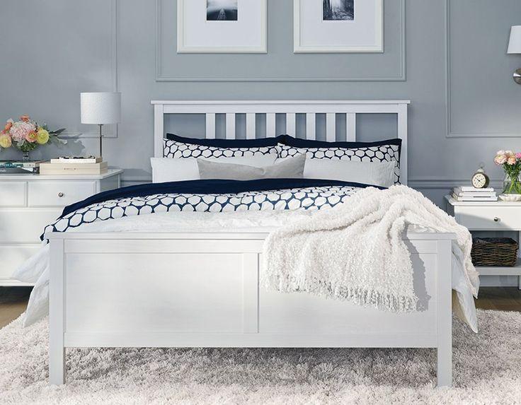 Une chambre lumineuse avec un cadre de lit queen HEMNES