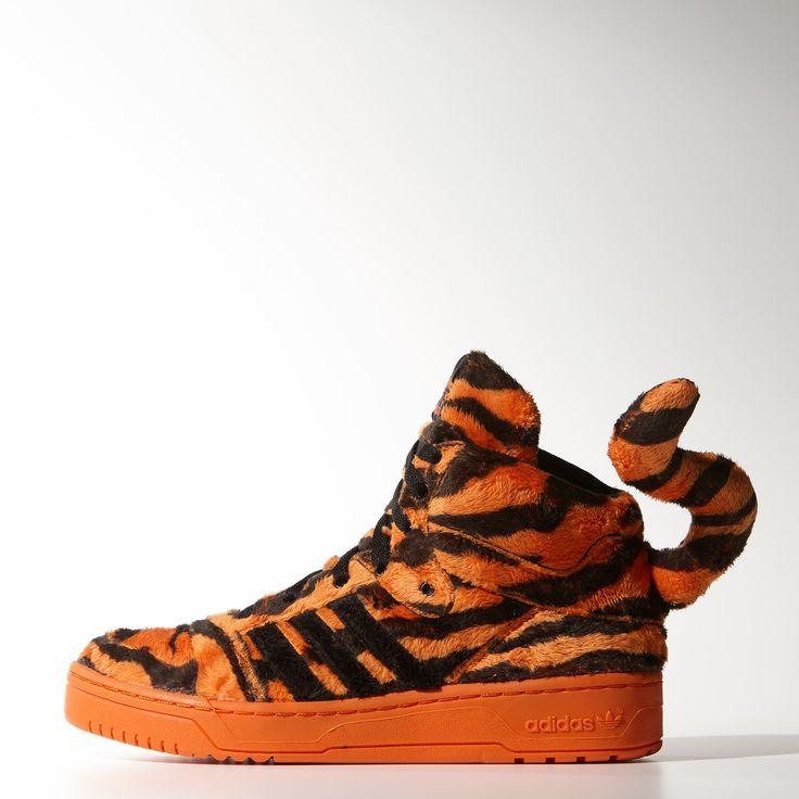 Deze schoenen hebben dezelfde speelse uitstraling als Jeremy Scott zelf, met tijgerstrepen én een staart. Het zachte bovenwerk van imitatiebont heeft een diepe oranje kleur en een adidas Attidude-model.