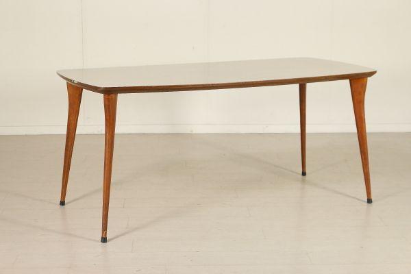 Tavolo; legno ricoperto in formica e legno di faggio. Buone condizioni, presenta piccoli segni di usura.