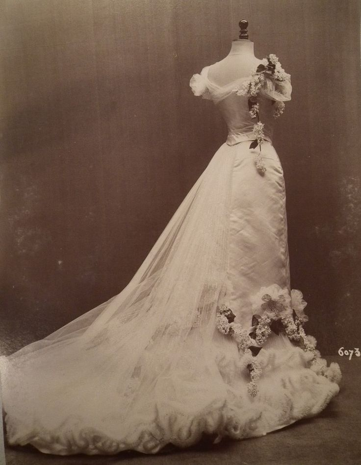 Worth gown 60734, 1901-2, image (c) Cathy Hay with permission of Victoria and Albert Museum Archives
