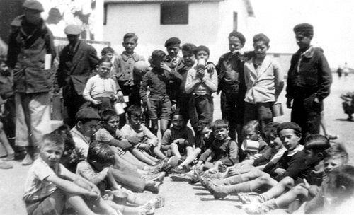 Camp-Joffre-a-Rivesaltes Distribution de chaussures à des enfants au camp de Rivesaltes, 1941-194