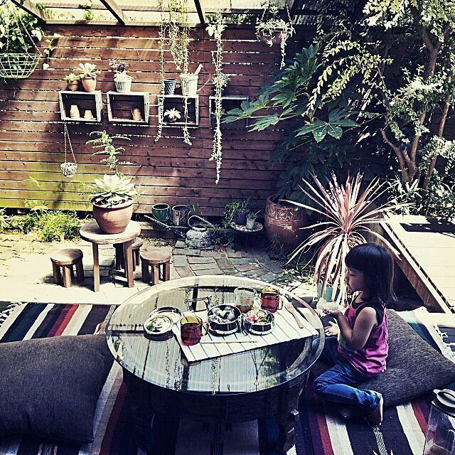 女性で、Otherのチャパティテーブル/異国風ジャンクガーデン/NO GREEN NO LIFE/アウトドア部…などについてのインテリア実例を紹介。「ラグとクッションを干していたら、なんだか机も出したくなって、、、  そんなこんなで。  お弁当作ってチビ子とお庭でピクニック!」(この写真は 2014-09-09 15:42:02 に共有されました)