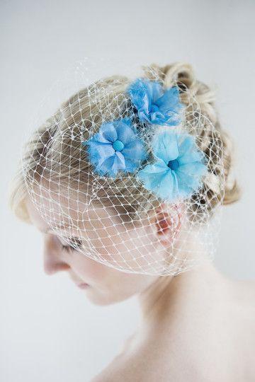 headpiece, fascinator, birdcage zum brautkleid zum hochzeitskleid mit blumen aus organza in blau- türkis (Foto: Hanna Witte) (http://www.noni-mode.de)