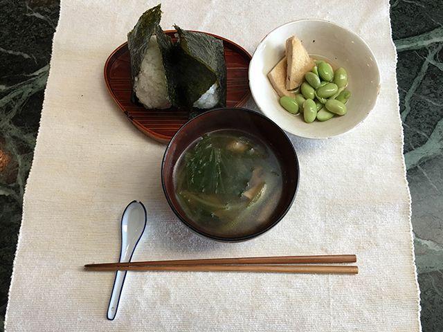 梅干しのおにぎり、油揚げ、枝豆、味噌汁(青梗菜、豆腐)。