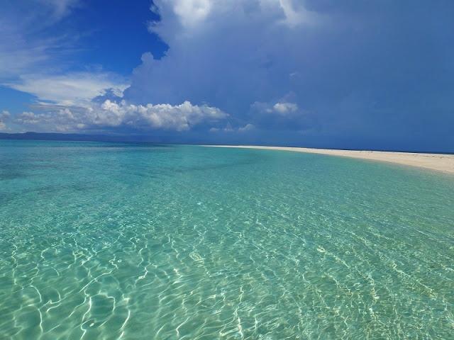 Hier noch ein weiteres Bild von Cangalaman. Man hat das Gefühl diese kleine Sandbank mit paar Kokusnusspalmen hört einfach nie auf. Einfach ein Traum