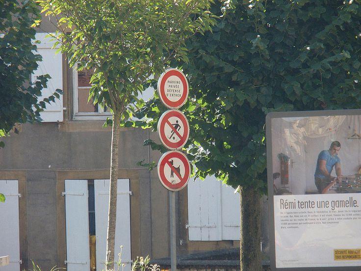 Accès interdit aux footballeurs (p. du milieu). Parking privéE (!!!) - Défense d'entrer (p. d'en haut). [© Michael C.]