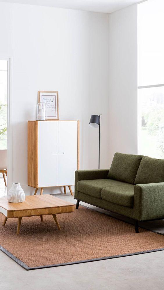 Opbergkast schreeuwt Scandinavië en matcht perfect met een all-white interieur én een groene retro bank. // Goossens