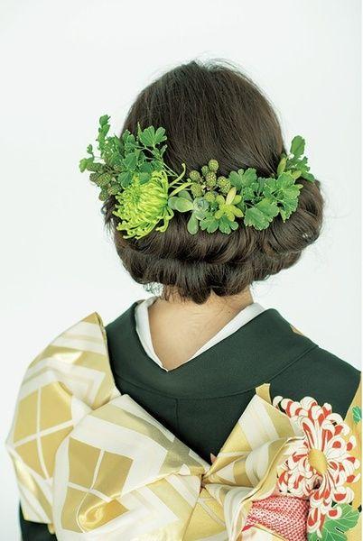 ヘアを上下に分けて、どちらも襟足ですき毛を外から内側に巻き込み、ロールヘアを2 段つくります。きものの柄のなかの一色、緑をヘアにあしらって完成...