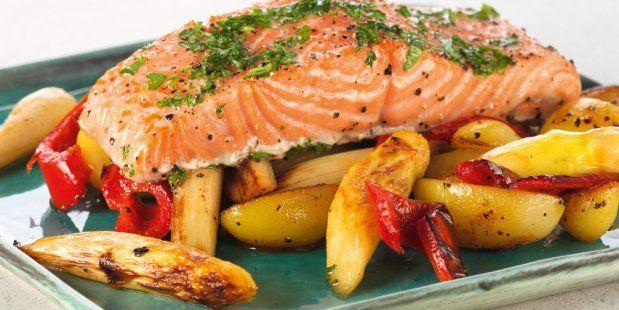 Snel recept voor zalm uit de oven met roerbakasperges, puntpaprika, krieltjes en peterselie.