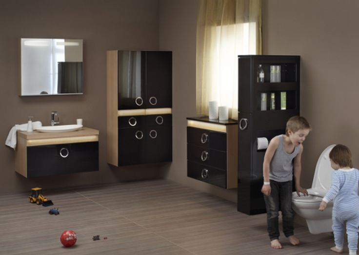 Bányai Light Fürdőszobabútor - A Light fürdőszobabútor programot a fények és az anyagok játéka jellemzi. A magasfényű és matt felületek, a kontrasztos színek alkalmazása érdekes hatást kelt. A LED sorral megvilágított fa, vagy bőr betét izgalmassá varázsolja a bútor megjelenését. A mindennapok kihívásaiban ötletes tároló helyek nyújtanak segítséget.