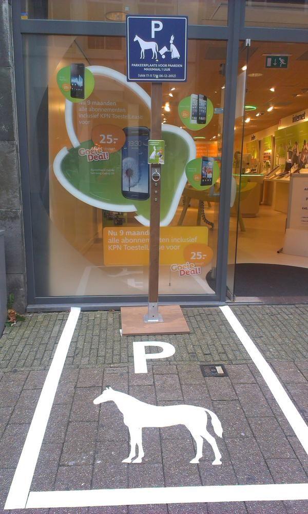 Humor: Parkeerplaats voor Sinterklaas. Leuk op het plein! AK