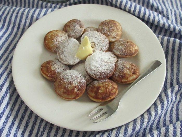 Poffertjes bakken, jeugdherinneringen aan dikbuikige pannenkoekjes uit een poffertjespan. Poffertjes bakken doe je zelf met dit eenvoudige recept.