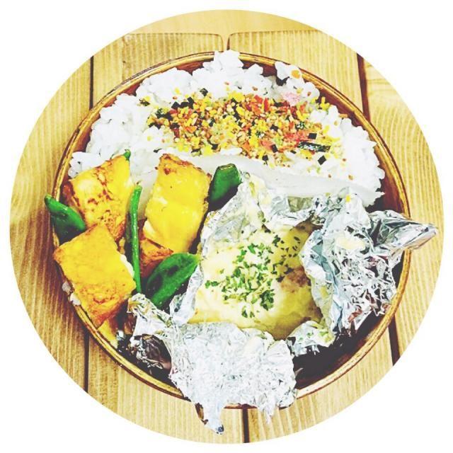 祝日!いつにもまして簡単お弁!ホイル焼きってすぐできるけんいいなー✨w - 26件のもぐもぐ - 鮭玉ねぎしめじのマヨネーズホイル焼き。卵焼き。スナップエンドウのソテー。 by rna1129