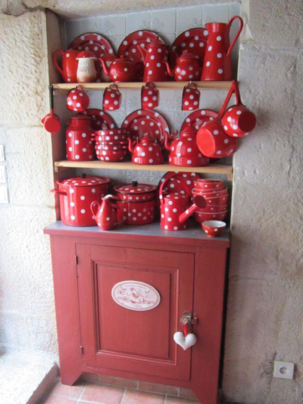 Collection d'émail rouge à pois blancs