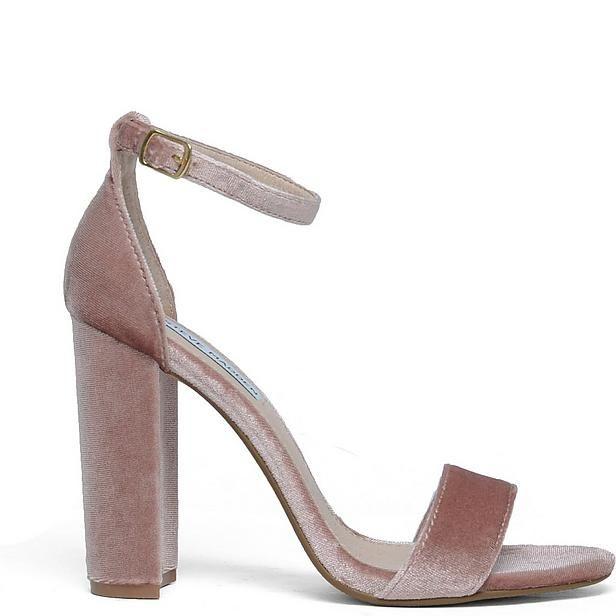 Je kunt zoete pastel kleuren heel goed combineren met felle kleuren. Draag dit open schoentje bijvoorbeeld met jeans en een felblauwe tas. #outfitinspiratie #roze #fluweel