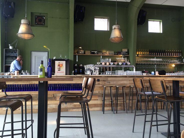 TAPIJN, Tapijn Kazerne 20 - Vers geopend in maart 2015, ga je naar deze voormalig militaire kazerne voor brunch, lunch, diner of een drankje buiten op het terras.