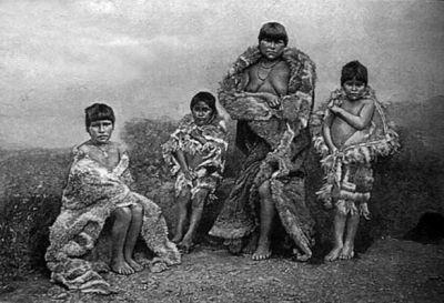 1915. Mujer e hijos Mujer y niños selk'nam en Punta Arenas.