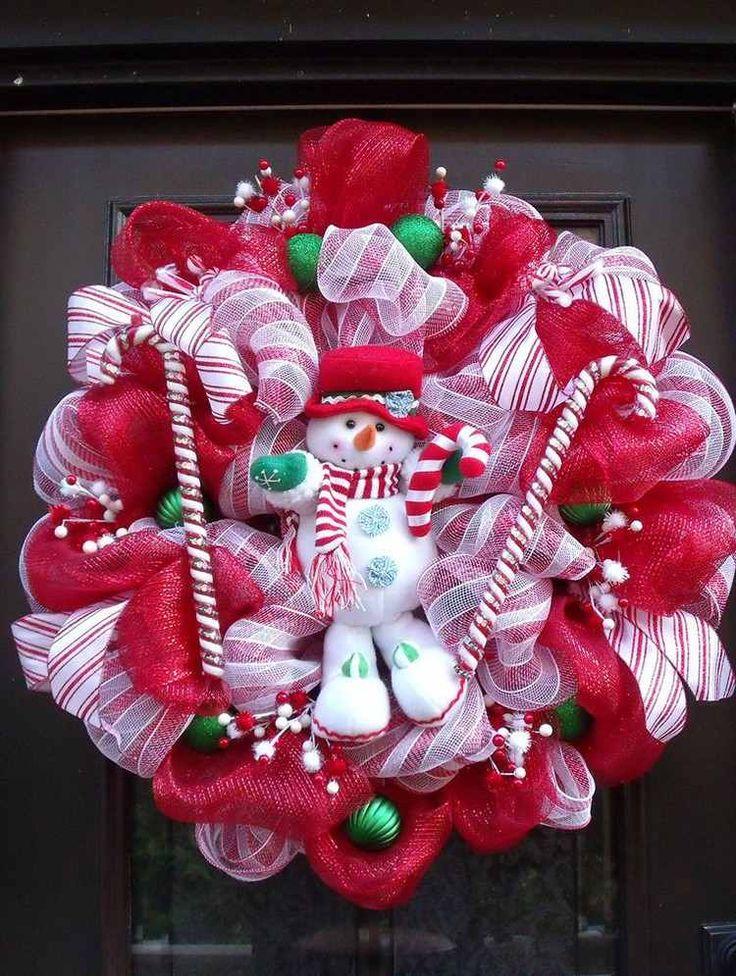 décoration Noël pour la porte d'entrée avec couronne en rouge et blanc, bonhomme de neige et boules vertes