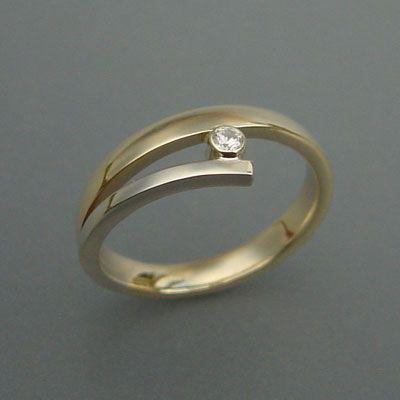 Bicolor ring met diamant.