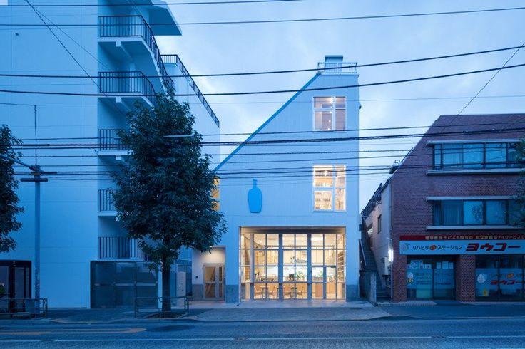 【レポート】「ブルーボトルコーヒー 中目黒カフェ」10月28日オープン。30日まで『HUMANITY MAGAZINE』写真展も開催 ブルーボトルコーヒーの国内5号店目となる「ブルーボトルコーヒー 中目黒カフェ」が2016年10月28日(金)にオープンする。住宅やこじんまりとした商店が並ぶ駒沢通りに面した、かわいい外観の路面店。ここではどんなコーヒー体験が待っているのか、お店の様子を紹介したい。