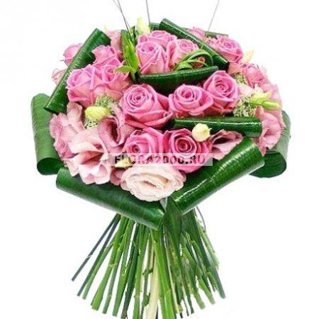 Источником вдохновения для создания композиции из розовых роз и эустом стало цветение японской сакуры. Мимолетная красота, женственность, изящество – все есть в этом букете, декорированном тугими завитками листьев аспидистры и берграссом.
